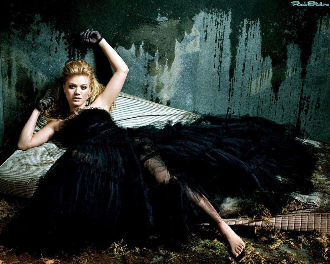Телка в черном платье 2 фотография